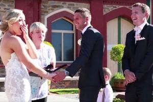 niño interrumpe boda